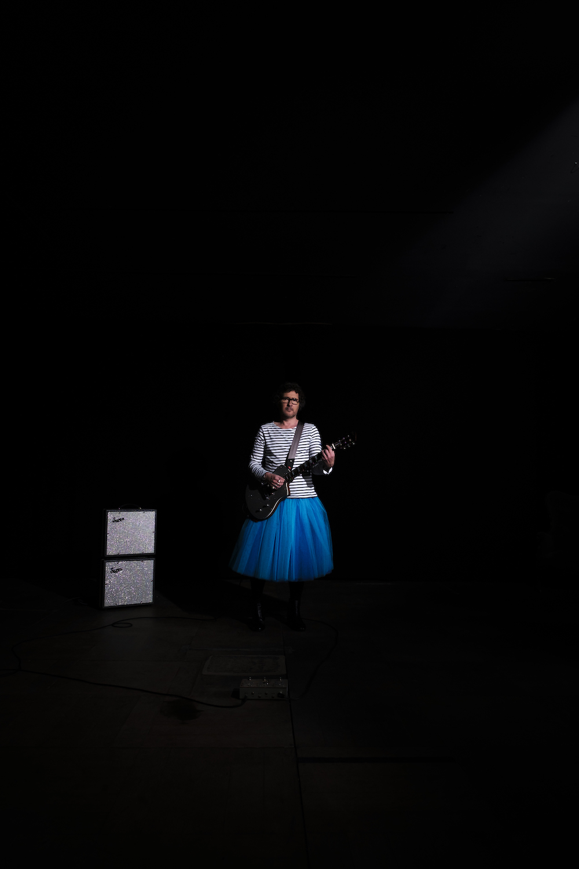 MARTINMARTIN prise de vue DOM SECHER (HANS LUCAS) sur la petite scène du petit théâtre du Shakiraï à Paris. Près du pont bleu, avec son tutu bleu ! Et sa Lou Juniore.