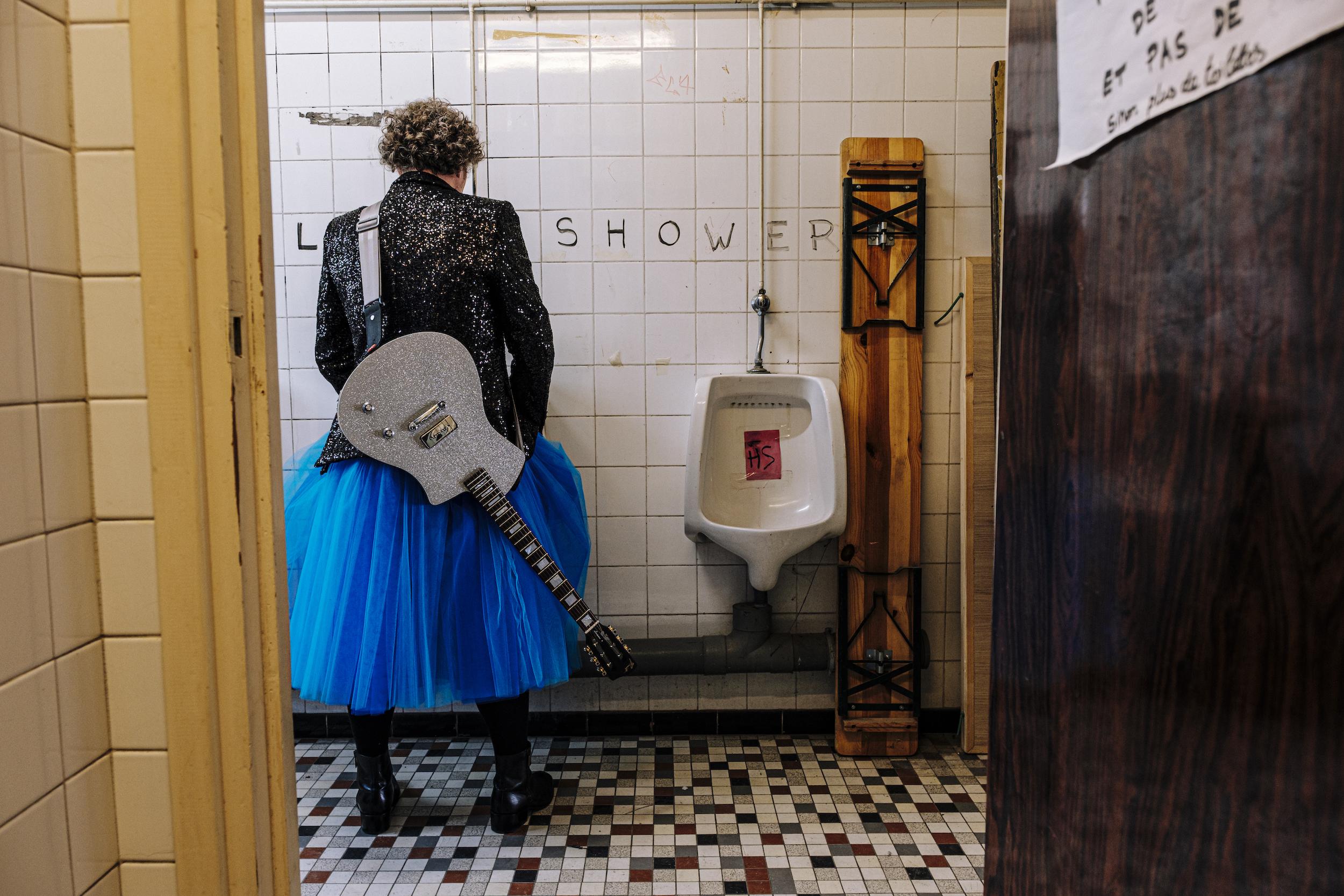MARTINMARTIN prise de vue DOM SECHER (HANS LUCAS) dans les toilettes Empire du Shakiraï à Paris. Près du pont bleu, avec son tutu bleu ! Et sa Lou Juniore de Tony Girault.