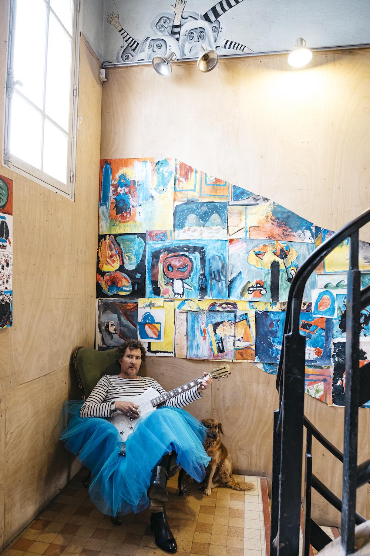 MARTINMARTIN en tutu bleu avec sa Lou Juniore. Cette photo a été prise au Shakiraï à Paris. MARTINMARTIN aime ces endroits de création.