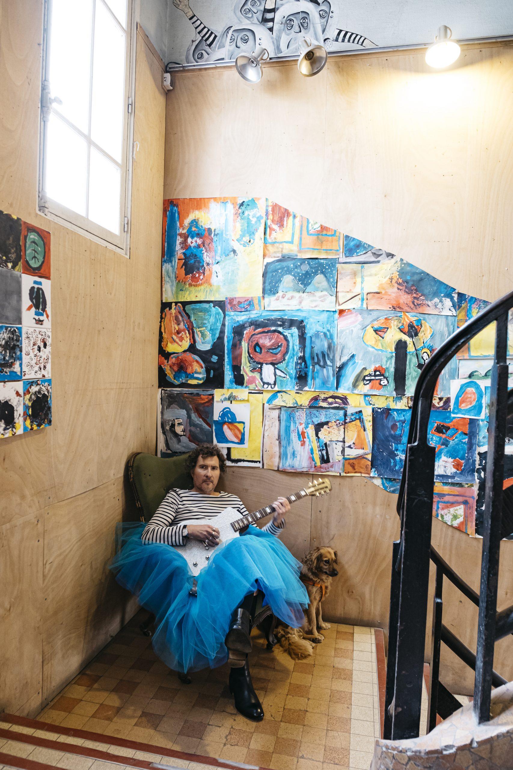 MARTINMARTIN prise de vue DOM SECHER (HANS LUCAS) dans l'escalier Empire du Shakiraï à Paris. Près du pont bleu, avec son tutu bleu ! Et sa Lou Juniore de Tony Girault.
