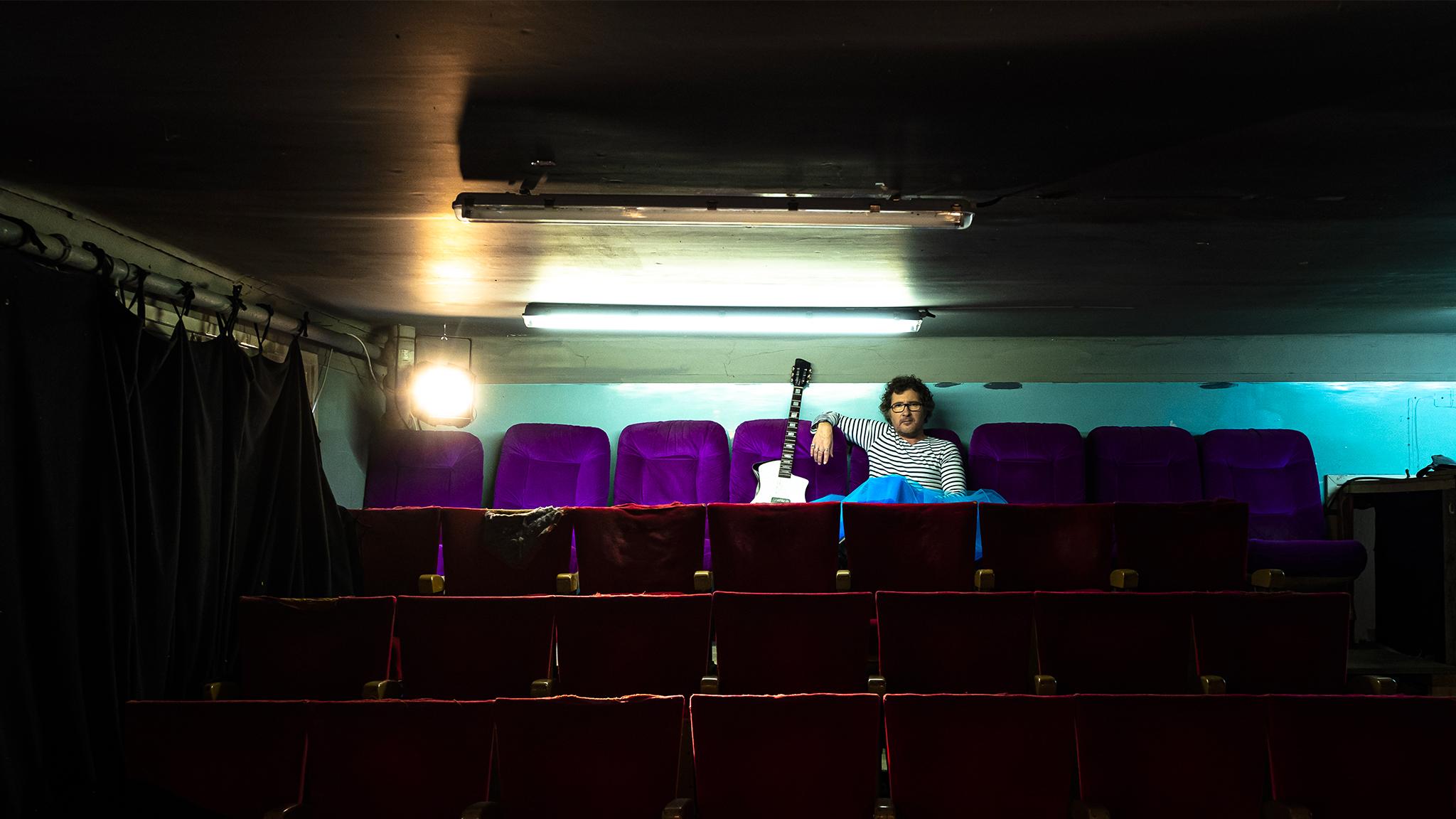 MARTINMARTIN prise de vue DOM SECHER dans les gradins du petit théâtre du Shakiraï à Paris. Près du pont bleu.